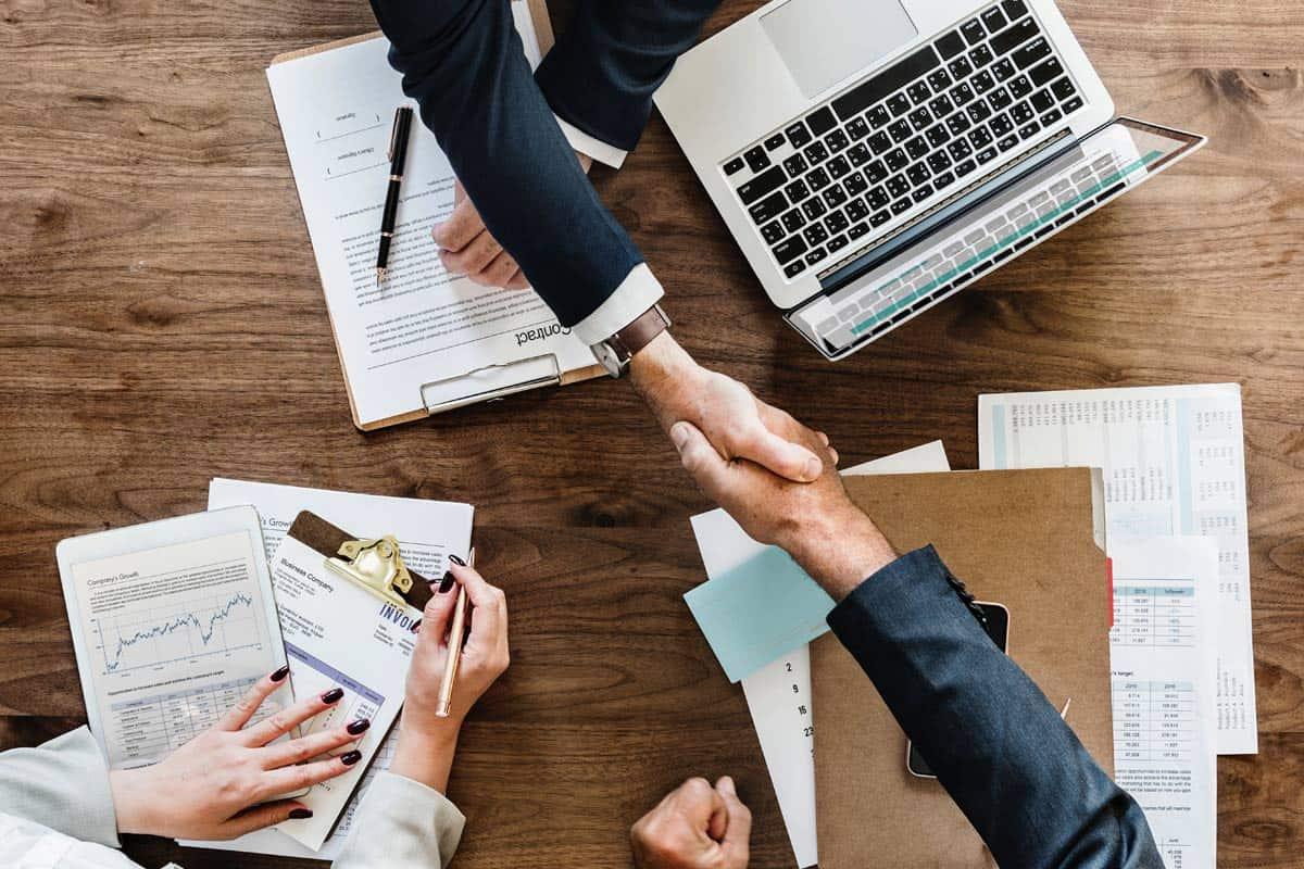 Handschlag über Schreibtisch